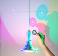 Голландец Деннис Паррен разработал лампочку, отбрасывающую цветные тени