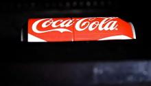 Coca Cola поделили банку пополам