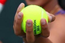 Маникюр с рекламой на теннисном корте