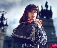 Пенелопа и Моника Крус создали сумки для Loewe